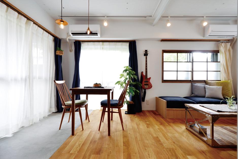 2種の床材が空間を緩やかに切り替える。ソファは小上がりのようでどこか日本らしい佇まい。