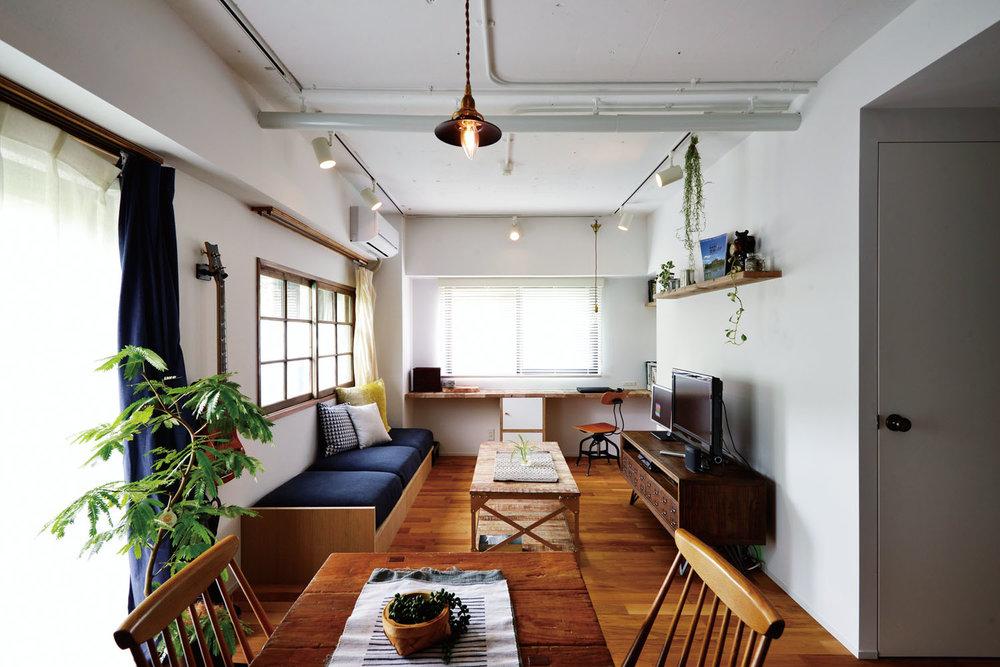 元の床下地を生かしてコストを抑え、フローリングを一新。天井は躯体に塗装し武骨な表情に。