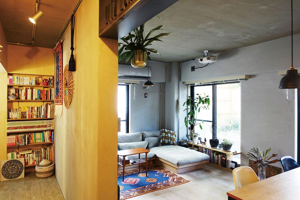 書棚やデスクコーナーを設けた廊下はLDK と対照的に木の質感で統一。