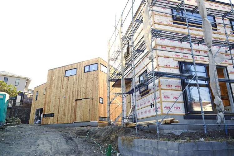 完成間近の3棟。向かって右が「LiVES」の家。左の2棟同様に、これからレッドシダーの外壁が貼られる予定です。