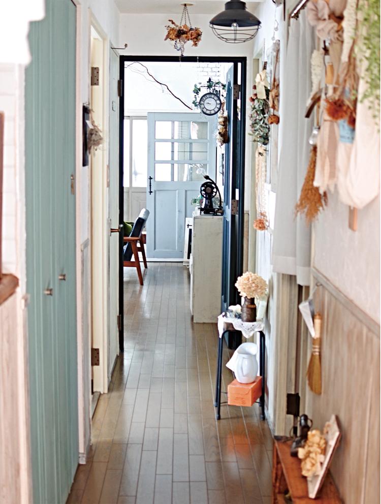 既存のドアや収納扉を塗装し、壁の一部に板を張って腰壁に。正面の引き戸はご主人設計。