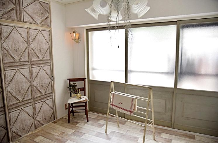 和室はクッションフロアを敷いて一新。障子の枠を活かしてポリスチレン樹脂をはめた。