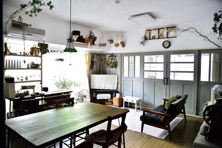 雑貨やドライフラワーが映える漆喰壁。建具は中央と左右を重ねると格子になる設計。
