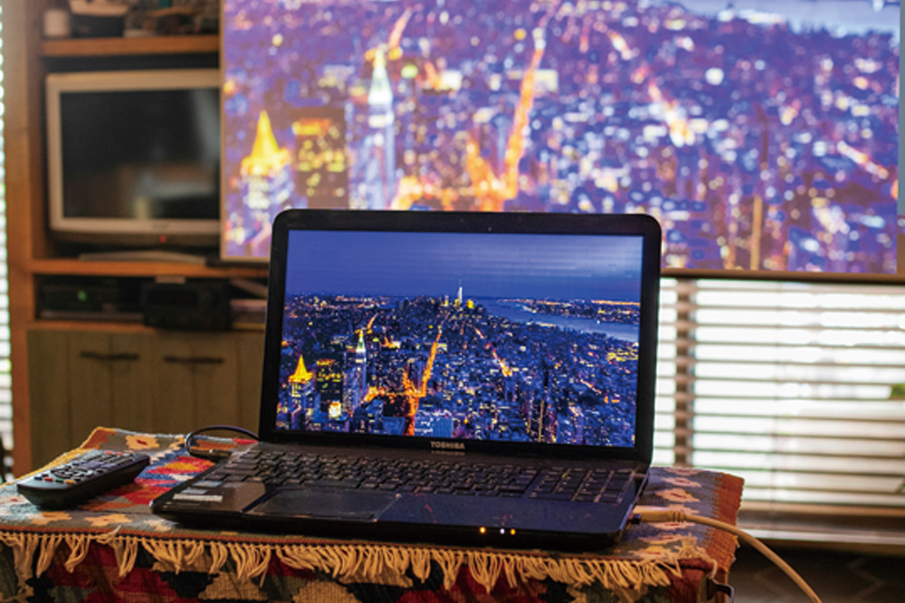 MORE USEFUL! PCやタブレットからもスクリーン投写  HDMIポートでdreamioとPCをつなぎ、Netflixでダウンロードした動画を大画面で堪能。メディアストリーミング端末を使えば配線は電源コード1本のみで簡単に動画配信サービスを楽しめる。