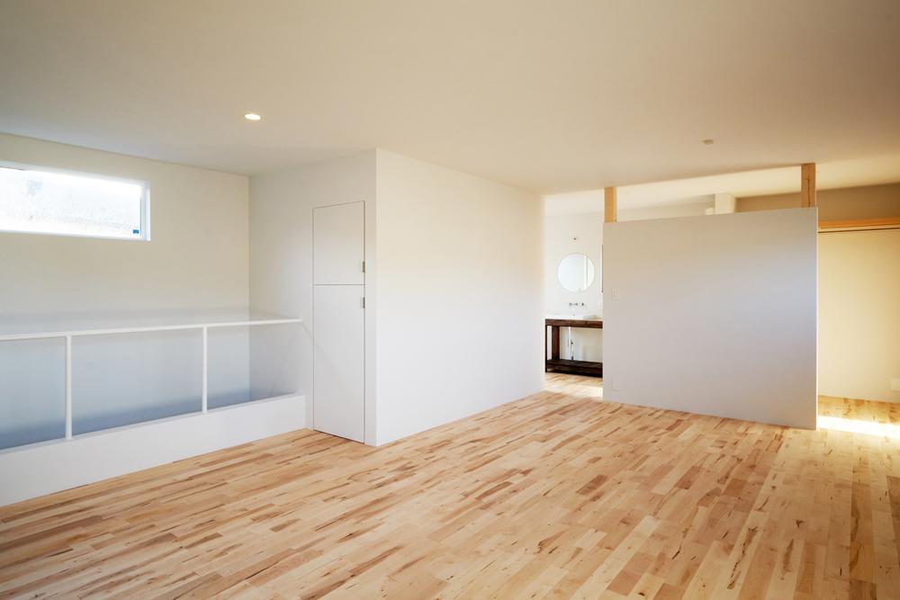 2階は仕切りを減らしたリビングと寝室。パーティションの奥はオープンなウォークインクローゼット。