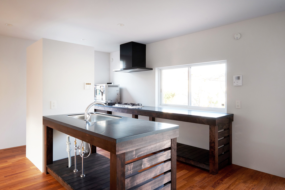 キッチンは外のデッキに直接料理をサーブすることができる。