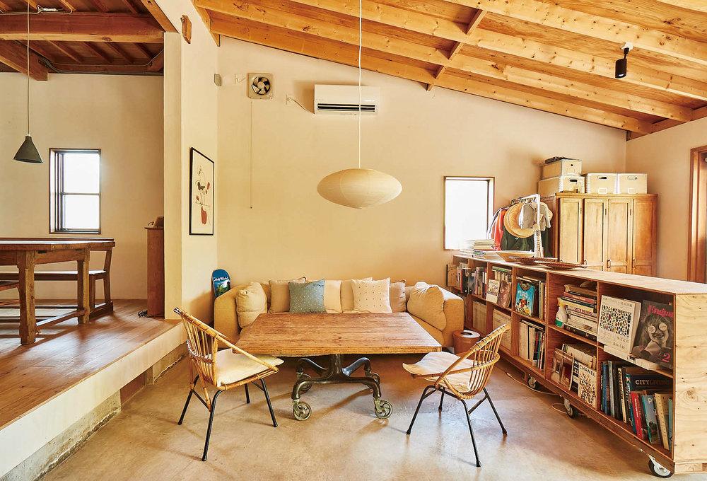 土間にはテーブルと椅子を置いてリラックスしたリビングに。屋外との中間のような土間は愛犬の遊び場にも。