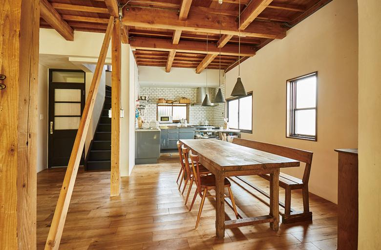 1階の天井は木造の躯体を現しに。壁の珪藻土は、家じゅうすべて絵美さん一人で施工したため思い出深いそう。