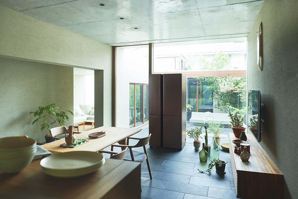 冷蔵庫を家具のように配置して、空間を自分らしく演出できる。