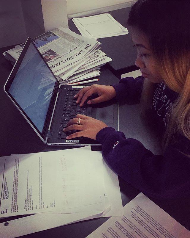 Rachel hard at work writing on deadline for our last full day of #djnfbiz18! 👩💻