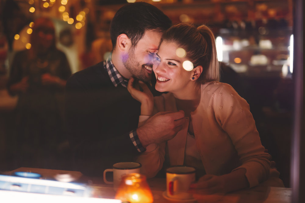 Couple-dating-at-night-in-pub-623298704_1258x838.jpeg