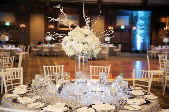Tischdeko-runder-Tisch-Hochzeit-700x467.jpg