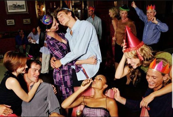 """rustranslator_irina_england     обзор обсценных британских слов 2!   Party time! / Добрый вечер! Кому как, а у нас субботний вечер, Saturday night, а посему настало время пабов и прочих вечеринок. А раз суббота, то позволю себе продолжить обзор любимой мною обсценной британской лексики, не грубой, но чуть поэкспрессивней той, про которую писала пару постов назад (blooming, bleeding, blasted). Ну, что там осталось из безобидных, которые сейчас выкрикиваются в британских пабах?  SOD - просто ругательство типа """"черт"""" (не будем тут грубо выражаться)! SOD OFF - отстань SODDING - чертов SOD ALL - почти ничего Sod - это торф, на самом деле. Но мы-то это слово часто слышимв другом контексте! Will you just sod off! - Отстань! Little sod! - маленький негодяй! - так я ругалась на сына, который недавно впервые отправился в паб! Has anyone seen my sodding keys? Куда запропастились мои чертовы ключи! - это мои ежедневные крики о помощи. Sod all - почти ничего. Почти как те чаевые, которые мой муж оставляет в ресторане! It's usually sod all! SoD's law - закон подлости  Ну а теперь регистр грубости чуть пониже: Слово PISS To be pissed off - разозлиться Piss off! - отвали! To piss about - вести себя несерьезно To take the piss out of someone - посмеяться над кем-то Pissed - пьяный А вот вам и предложение для тренировки языка: I am proper pissed off with Paul for going out with Peter and Pablo, he got pissed in a pub and then was pissing abound until past his bedtime. I had to tell him to piss off when he came back pissed and it was impossible not to take the piss out of him the next morning.  Пример ЗАИМСТВОВАН из интернета"""