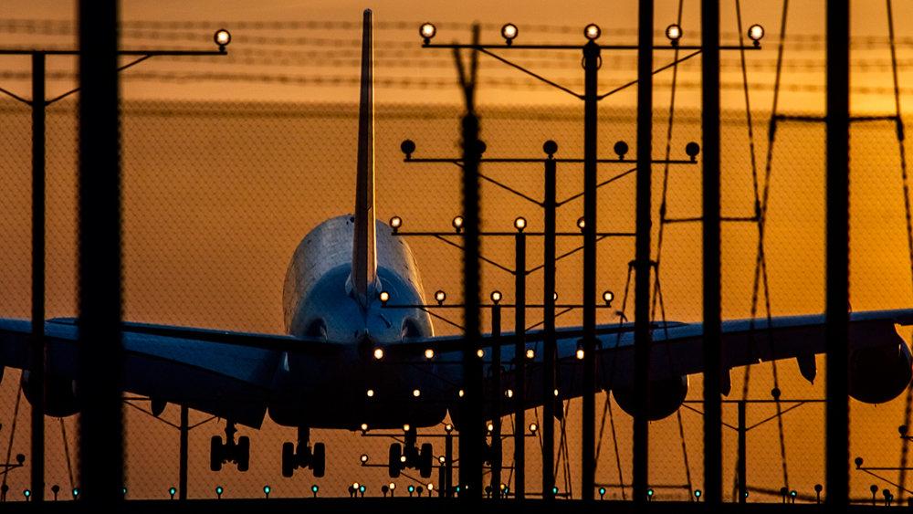VicHuber-MazdaCX9-Airport-AirplaneLanding.jpg