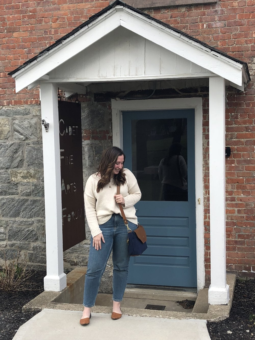 Darrian Michelle, New York lifestyle blogger wearing a mom jeans outfit with an oversized sweater and sporting her Colonial Blue Hobby from R. Riveter