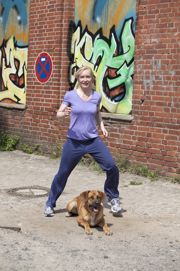 - Wenn dein Hund es bereits gewohnt ist, dass du über ihn drüber steigst, kann es gleich losgehen. Wenn nicht, fange, wie immer im Hundetraining, mit kleinen Schritten an.