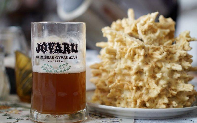 Jovaru_Alus_set_next_to_traditional_Lithuanian_wedding_cake-1_2b7c6359f88dbc0c57c716ec036c9d98.jpg