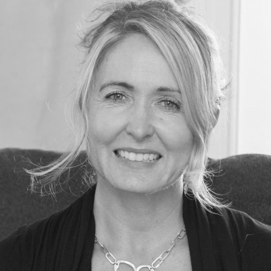 """Marie-Louise Hellgren  är produktdesigner och framstående inom upcycling. Hon har vigt sitt liv åt att inspirera företag i hur de kreativt kan använda sitt avfall till något värdefullt. Ett exempel på detta är  """"Lilla Snåland"""" . En träpall tillverkad av avfall från Stolabs möbeltillverkning, med vilken hon vann Elle Decoration Swedish Design Award 2017."""