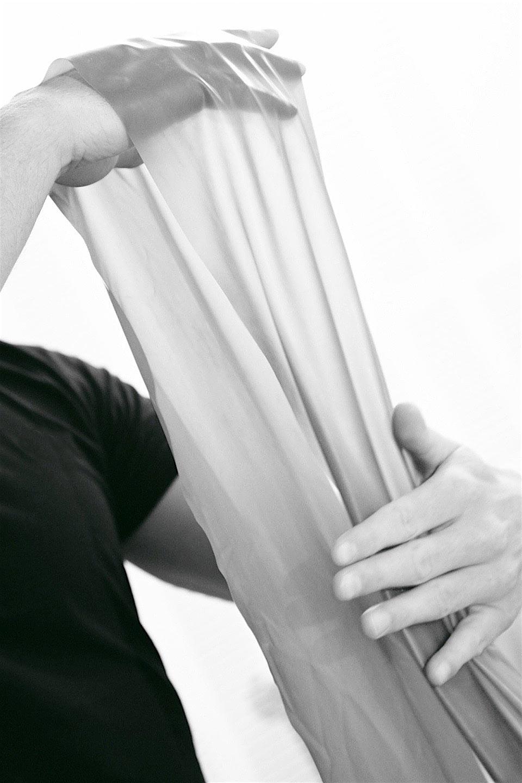 Theraband - Die einfachen Dinge sind eben ganz oft auch die besten: Therabänder stehen im Ruf, das kleinste transportable Studio zu sein. Sie sind sanfte und effiziente Trainingsgeräte zur Erhaltung und Verbesserung von Kraft und Ausdauer. Gibt's bei mir in jeder Farbe – von zart bis hart!