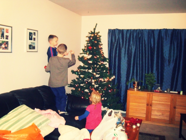 Children placing decorations on Christmas Tree  (Photo by Frances Stone, Recovery Advocate)