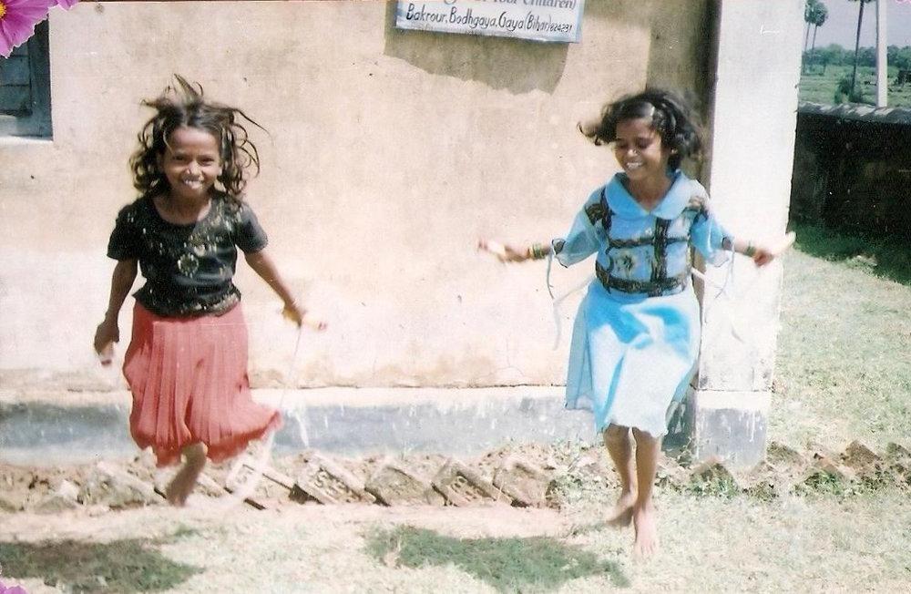 girls_plauing_gautama_buddha_free_school