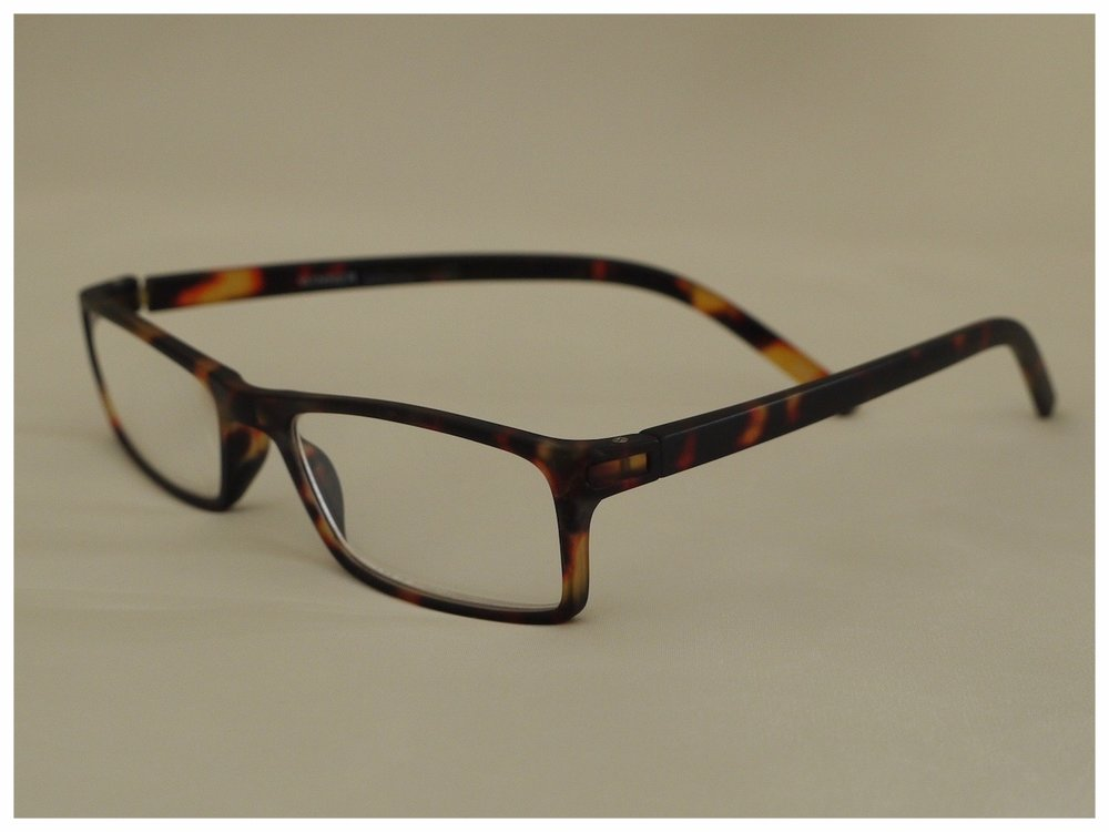 classic lens shape - With a light and sporty feel and eye-catching style, this inexpensive unisex design is a true all-rounder.