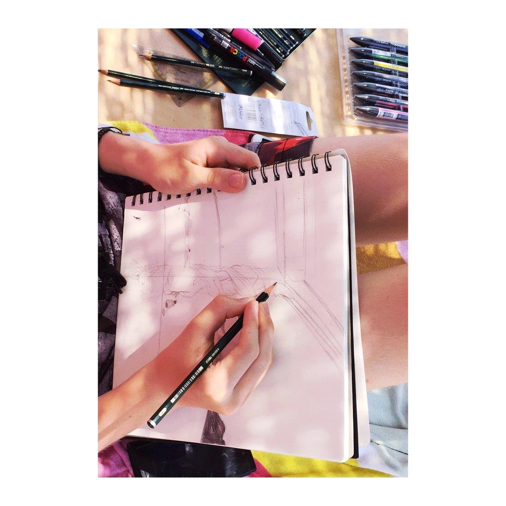 Kuusitoistavuotiaan kanssa piirrettiin lyijykynillä Samoksen saaristonäkymää rantamajasta. Harjoiteltiin jälleen etäisyyksiä, mutta erityisesti erilaisia pintamateriaaleja: kiviä, hiekkaa, puuta, meren liikettä ja kiedottua puuvillakangasta.