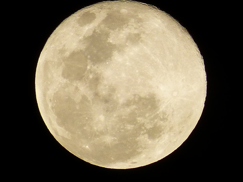 A photo of the full moon at 600mm by Steffen Eisenacher