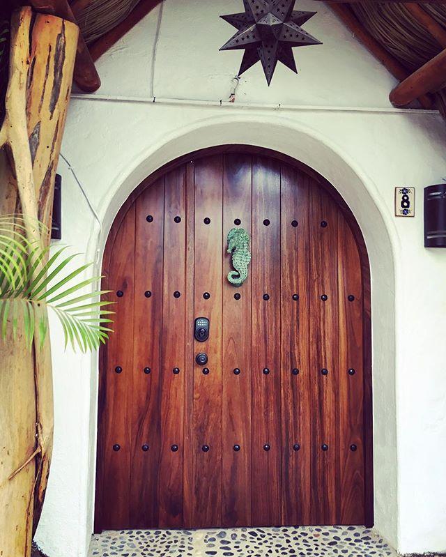 Knock knock. Who's there? Interrupting cow. Interrupting ... MOO!  #yaynewknocker #caballitodemar #whatsounddoesaseahorsemake #knockknock #cartagenadoors #casanicoya #cartagenainspired