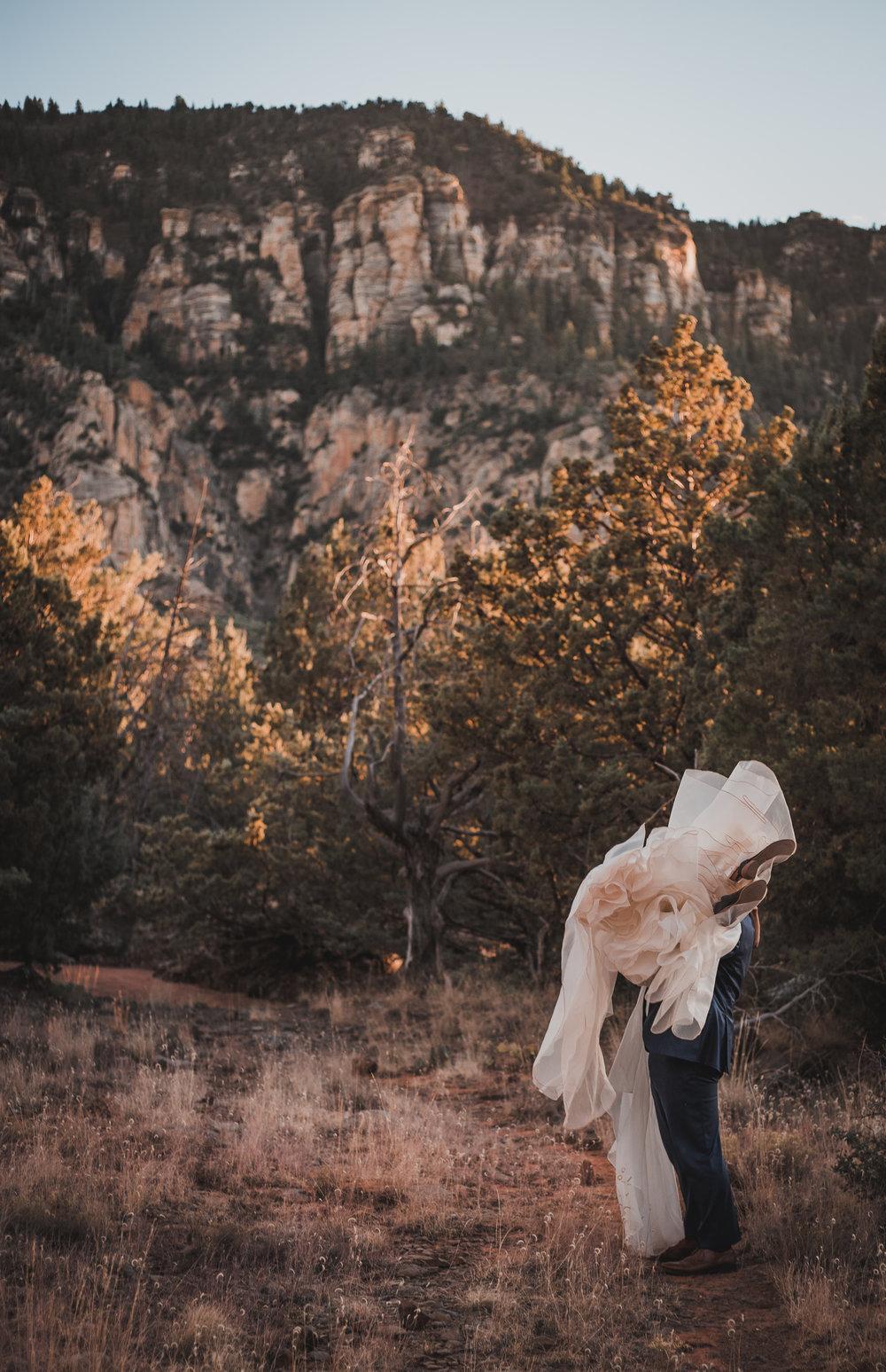 sedona-arizona-canyon-mountain-nationalpark-elopement-adventure-intimate-wedding-photographer-outdoor-national-park-photographer-merrygoroundrock-merry-go-round-rock-schnebly-hill