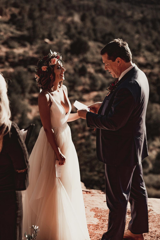 sedona-arizona-canyon-mountain-nationalpark-elopement-adventure-intimate-wedding-photographer-outdoor-national-park-photographer-merrygoroundrock-merry-go-round-rock-schnebly-hill-coconino-forest-elopement