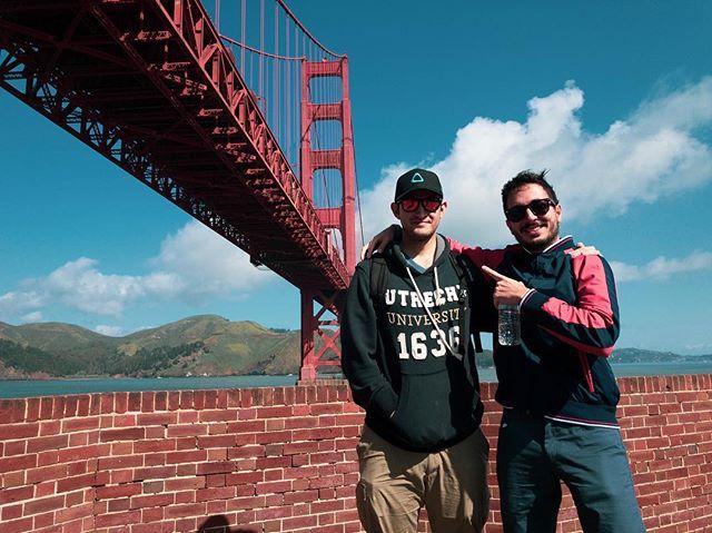 Gracias maes 🙌🏻 por hacerme parte del viaje y por 15 años de amistad 💚 . ¡Qué vengan nuevos proyectos y 15 años más! 💪🏻 . Dicen que es de buena suerte dejar comentarios en fotos del Golden Gate 🌉 ¡En especial si quieren viajar! Puntos extra si están usando ropa interior color ladrillo 🤞🏻