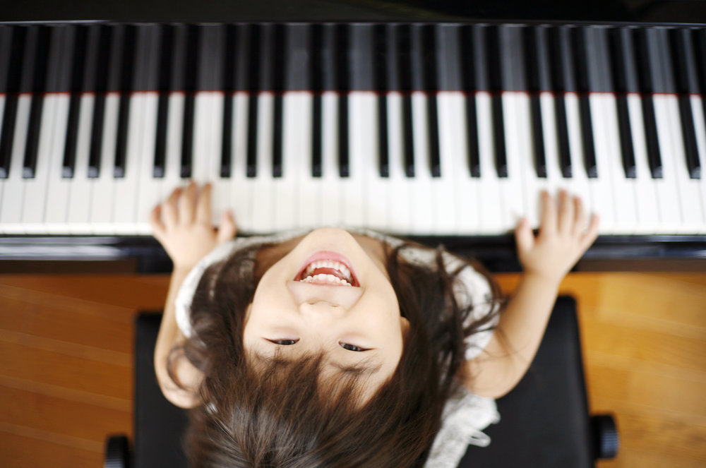 ピアノを弾く女の子