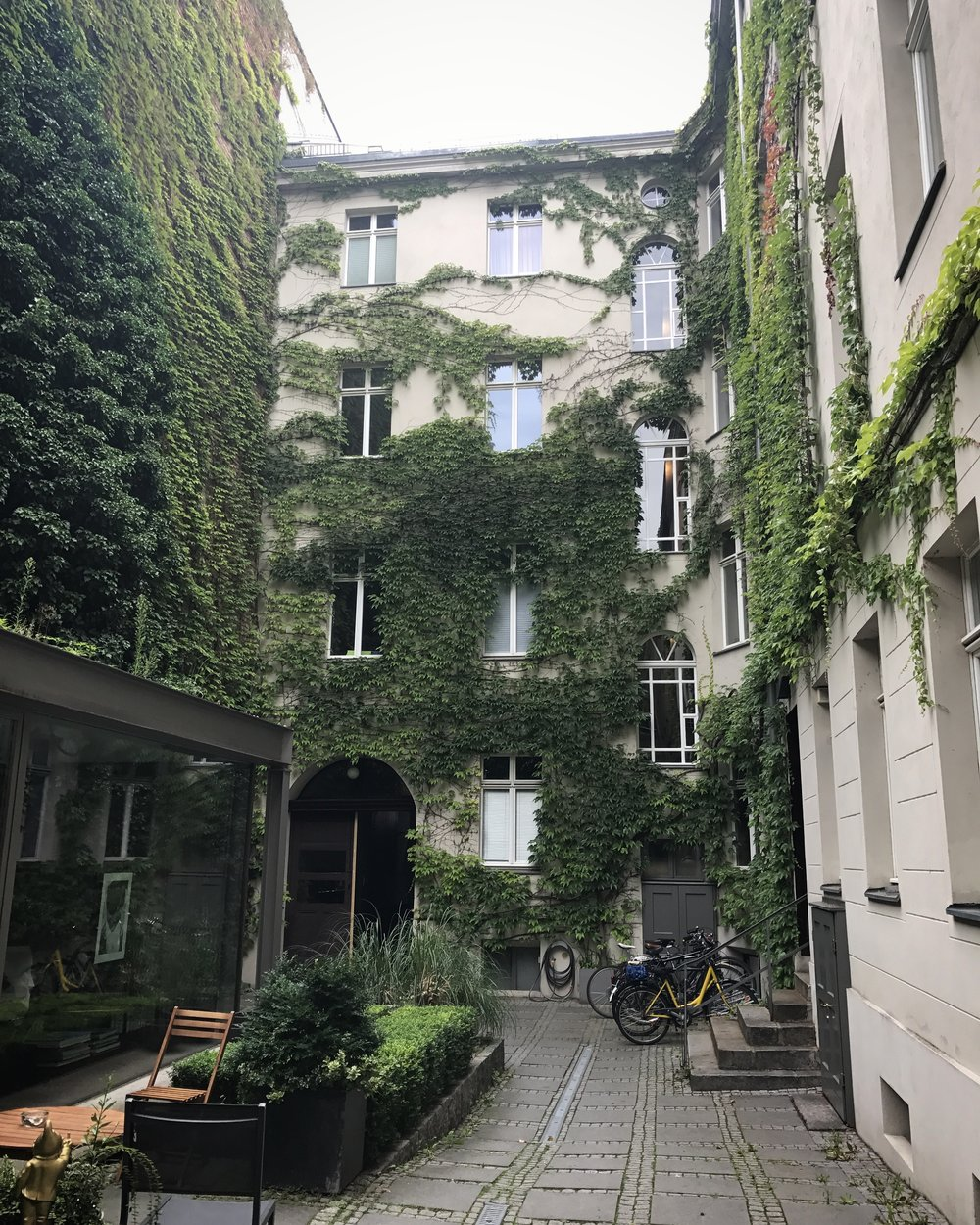 Behind the apartment entrances of Mitte are the most beautiful green courtyards.