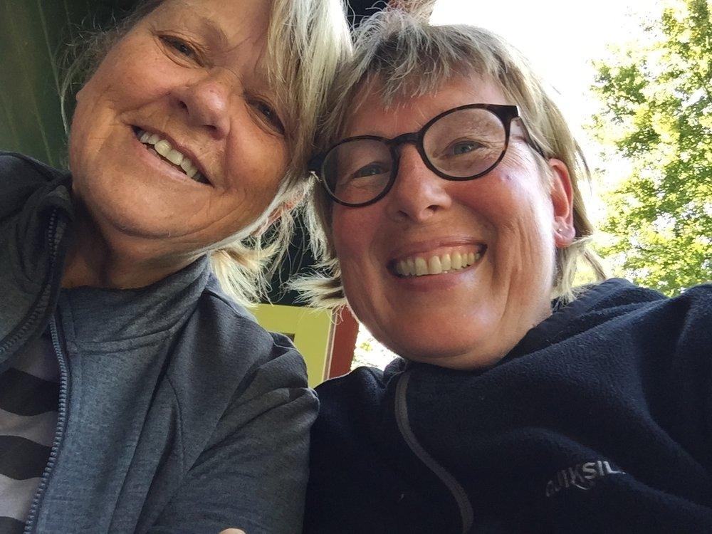 Selfie av to jenter som nå går sammen til købmannen hvor det også var utleie av campinghytter. Vi lager middag sammen før Anne drar videre