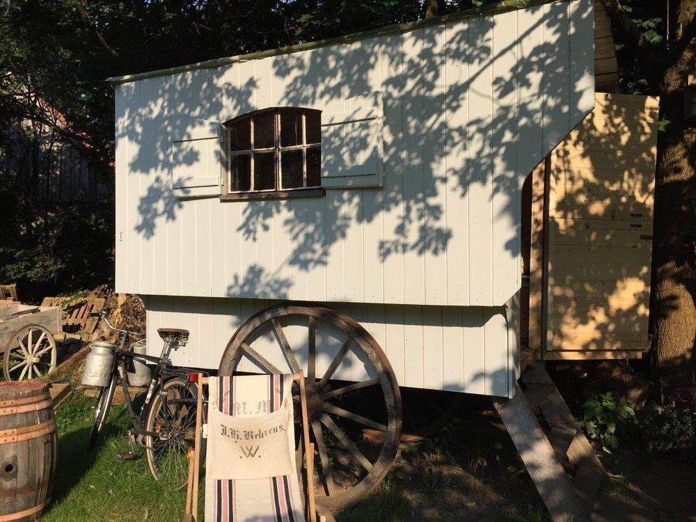 Jeg fikk anbefalt av Thomas Damhs å kontakte Torsten i Bröckel og nå er jeg her og skal bo i denne herlige vognen i natt.