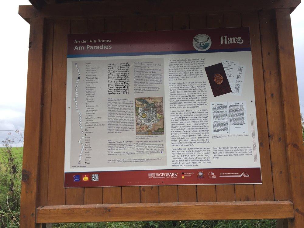 Rett før vi kom til Hasselfelde så dukket denne informasjonstavlen opp. Den formidlet historien om Pilegrimsruten fra Stade til Roma.