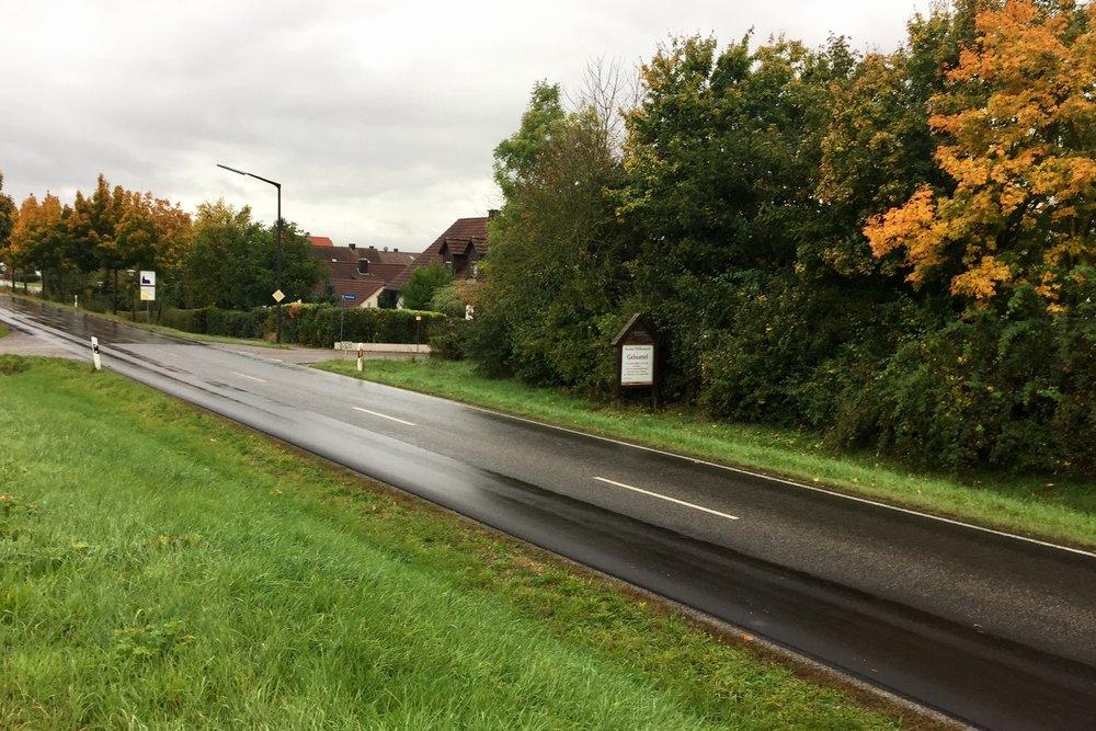 Regn og asfalt startet dagen med. Jeg liker dårlig å gå ut av store byer fordi det krever endel asfaltgåing og trafikkstøy.