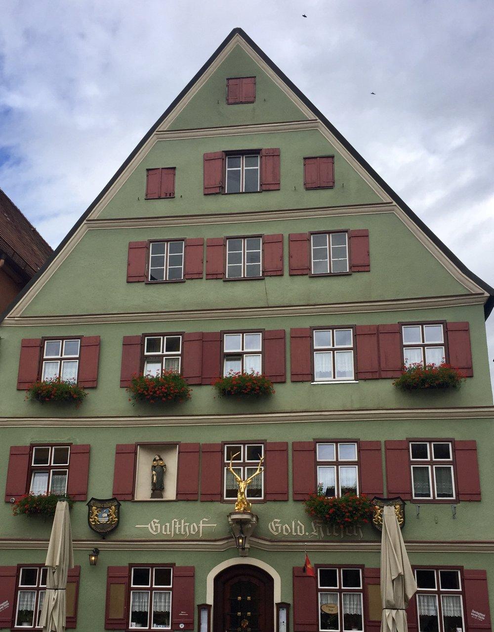 Stedet heter Gasthof Goldener Hirsch. Rimelig og helt greit.
