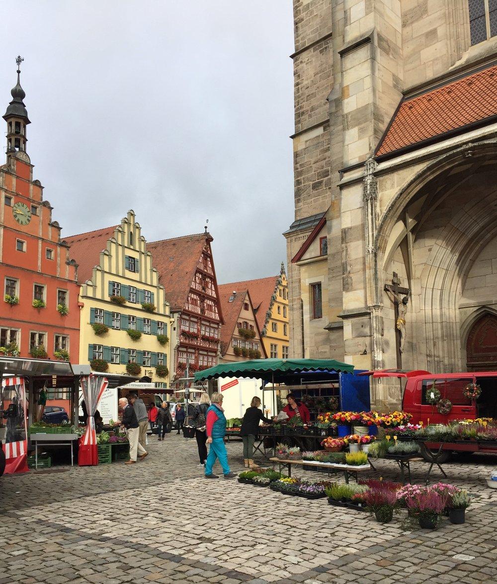 Det er lørdag og marked i byen.