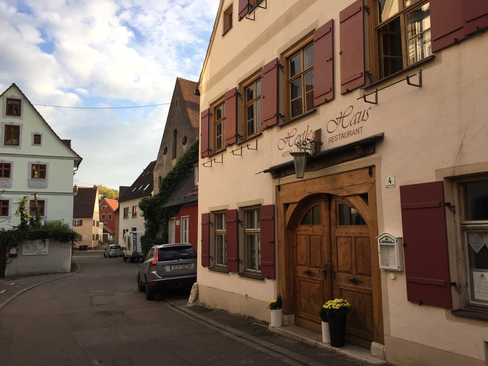 Hotellet ligger i det gamle jødekvartalet i byen Harburg.
