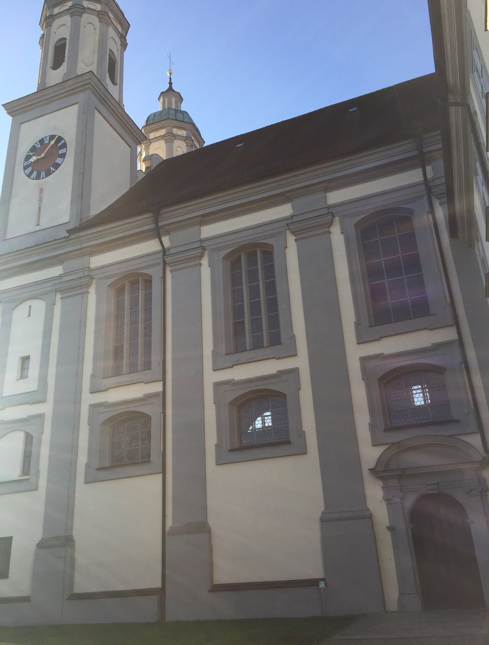 En beskjeden dør syntes nå jeg til en slik stor kirke, men inne i kirkerommet ...,