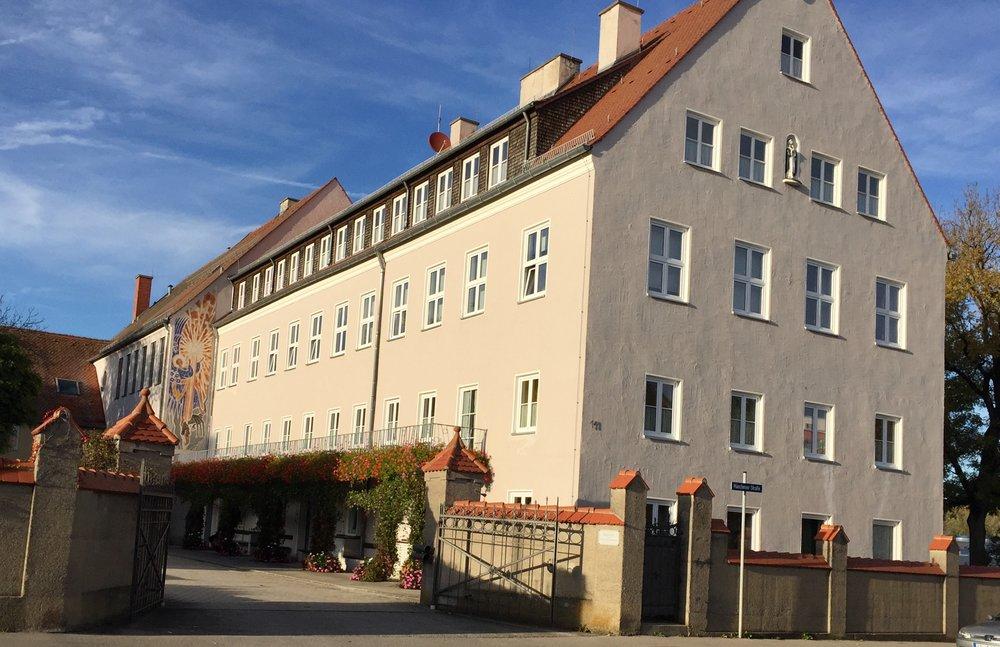 Nå bor jeg på Dominikaner klosteret her i Landsberg.