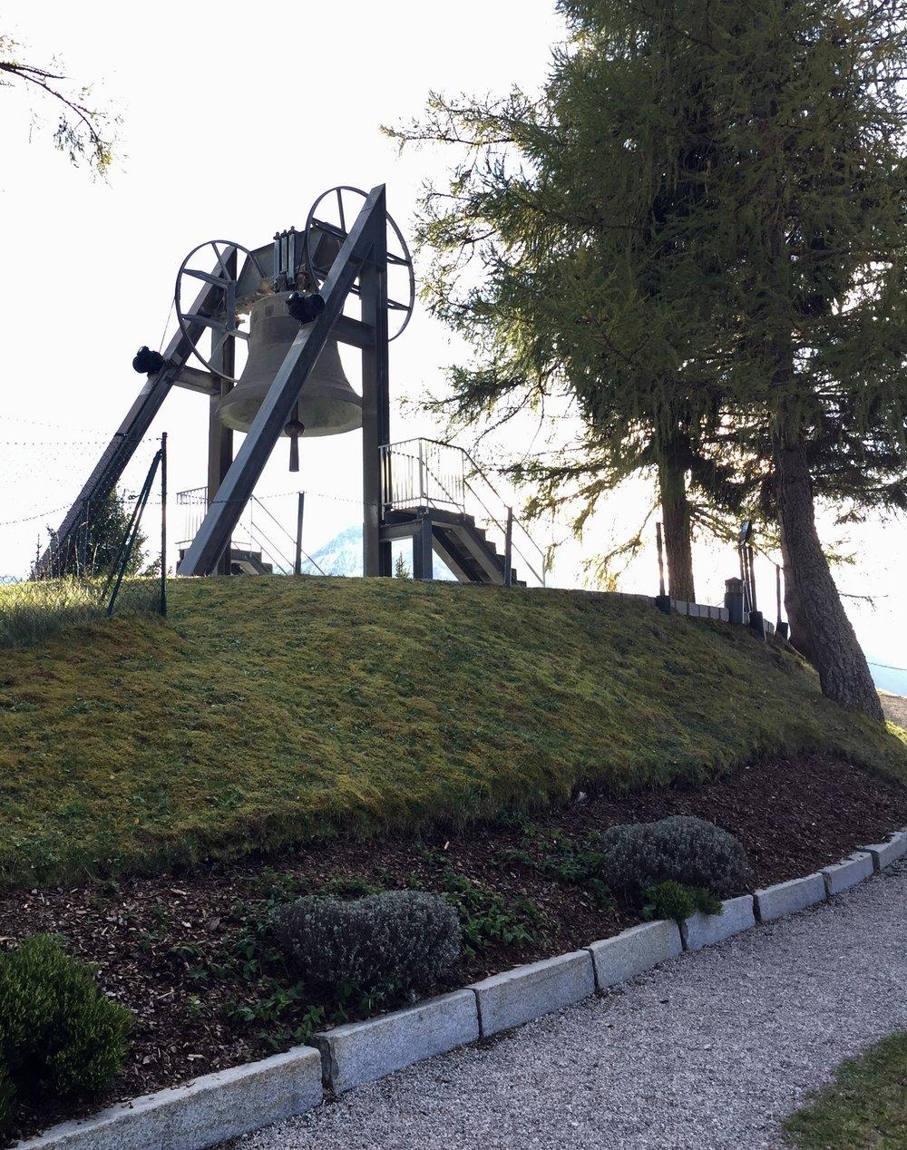 I Mösern besøkte vi Fredsklokken som ringer hver dag kl.17.00. I 1972 kom lederne for syv regioner i Alpene sammen for å skape en visjon om fred i området.