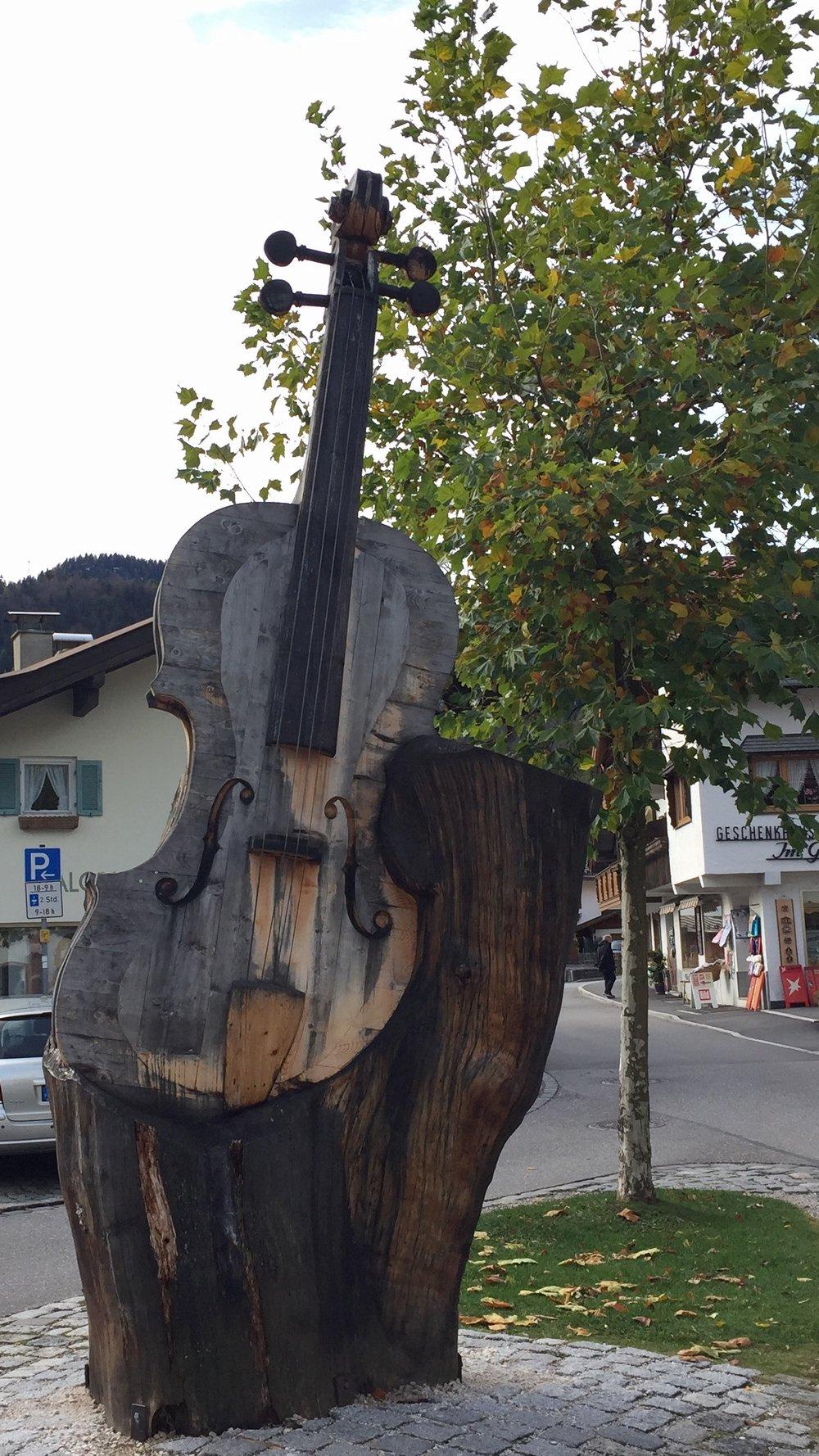 Mittenwald er kjent for produksjon av feler. Her er det også en egen utdanning i felemakeri.