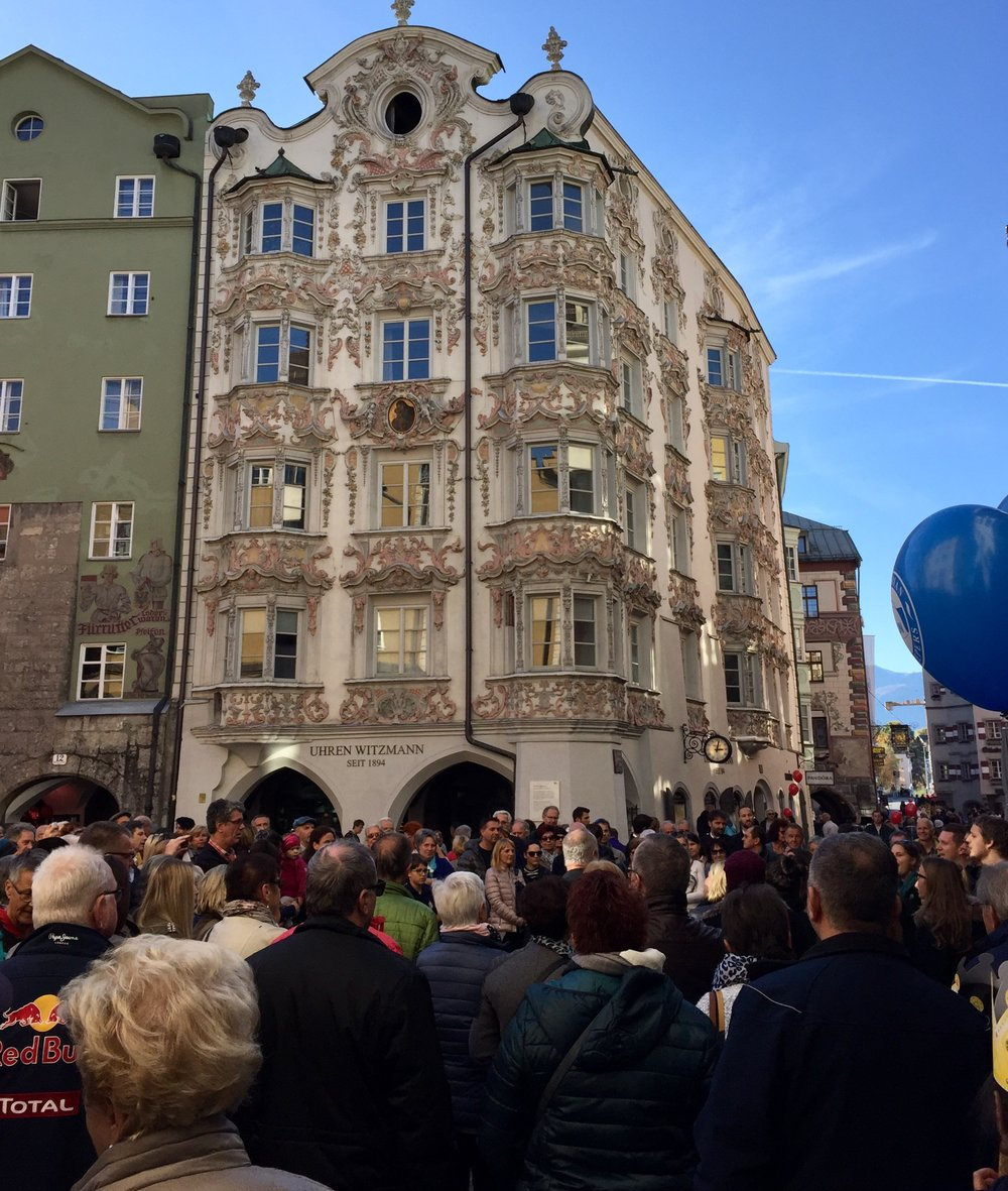 Østerrikes nasjonaldag og fullt av folk ute i gatene. Her fra gamle byen.