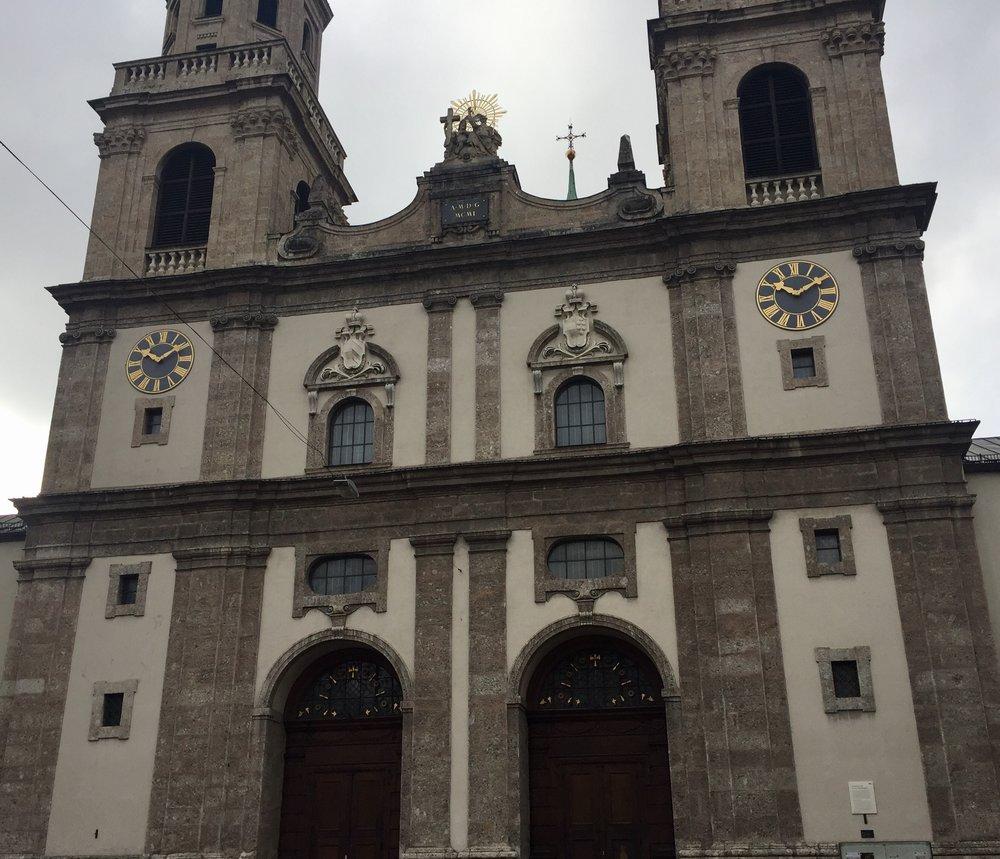 Fredag fikk jeg en guidet omvisning i Jesuitt kirken i Innsbruck. Meinhard Egger som kjenner kirken fra han var barn og som også er guide tok meg med fra krypten til klokketårnet.