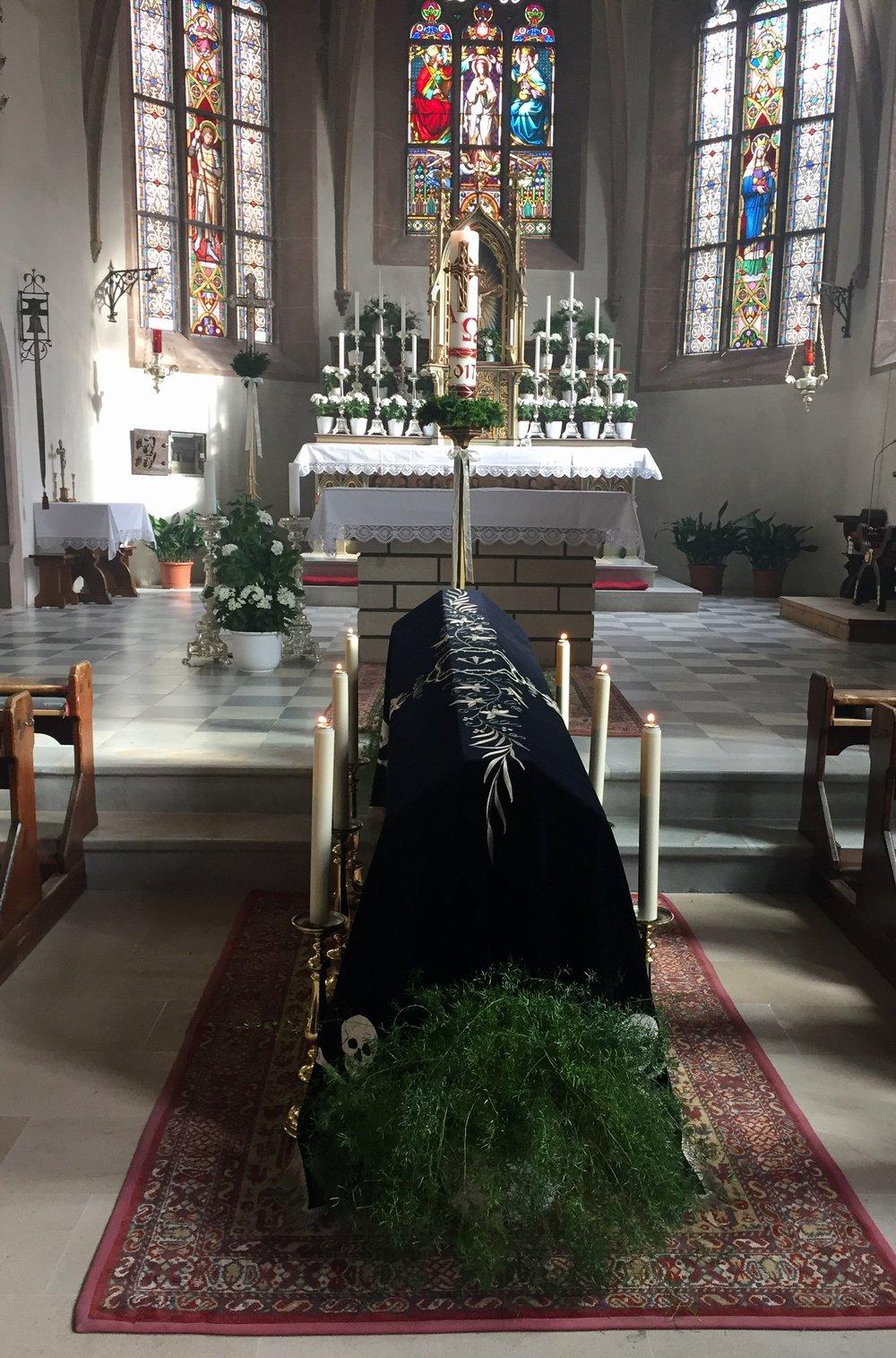Kisten i Maria Himmelfahrt i Lengmoos kirke symboliserer alle sjelene som har gått. Alle sjelersdag er dagen etter allehelgensdag.