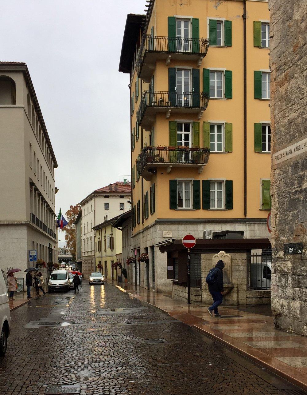 En regnfull dag i Trento.