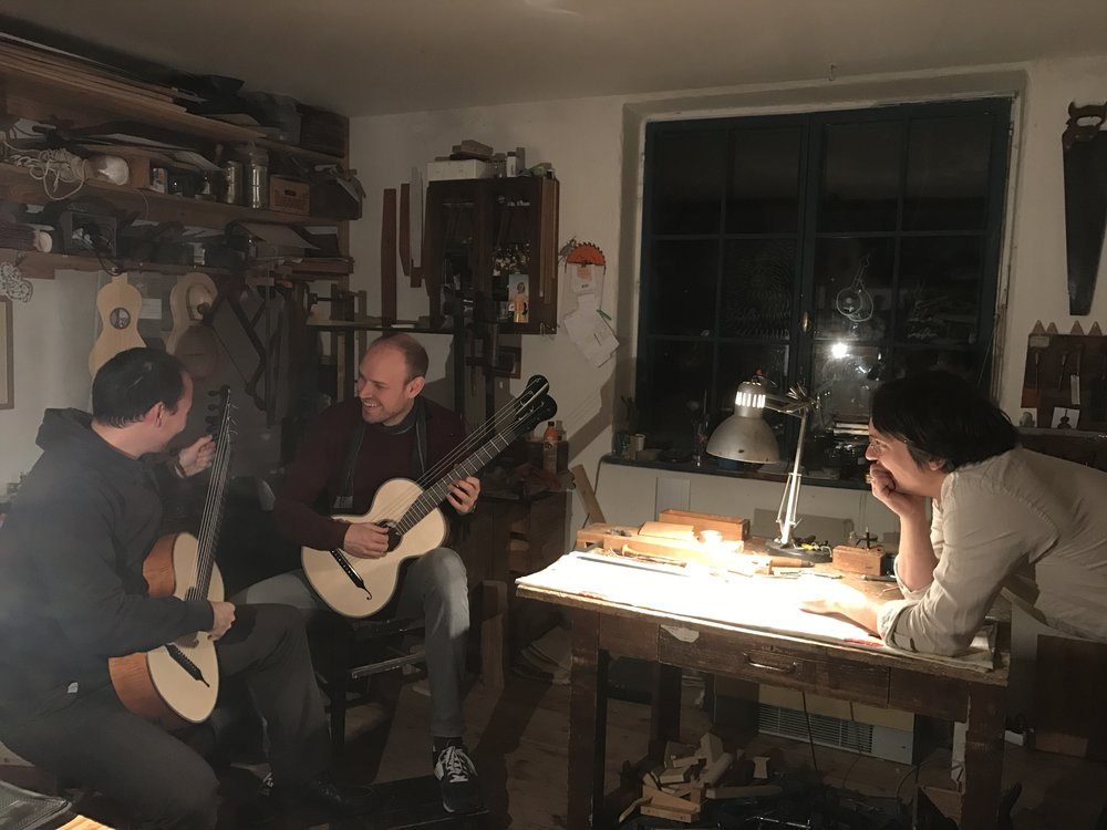 Zum Besuch im Atelier von Gitarrenbauer Jan Tulacek, der die Gitarren für das Duo gebaut hat